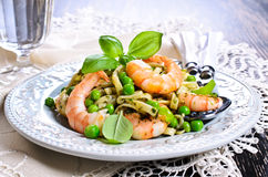 Pasta with shrimp and peas Royalty Free Stock Images