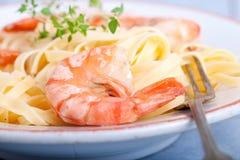 Pasta som överträffas med räkan Royaltyfria Foton