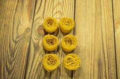 Pasta som g?ras av durumvete p? en tr?tabell fotografering för bildbyråer