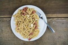 Pasta som tjänas som på den vita maträtten Fotografering för Bildbyråer