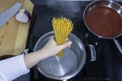 Pasta - spaghetti - cottura delle tagliatelle Immagini Stock