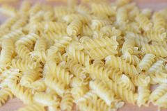 Pasta sparsa sotto forma di spirale sui precedenti di legno Fotografia Stock Libera da Diritti