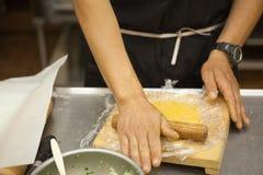 Pasta srotolante del cuoco unico professionista immagine stock libera da diritti