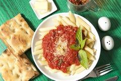 Pasta su un piatto con le foglie del basilico Immagine Stock