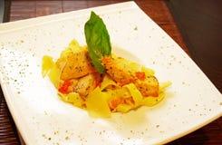 Pasta sul piatto bianco con il salmone ed il parmigiano Immagini Stock