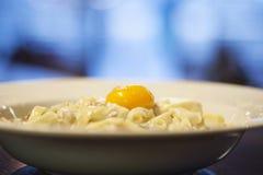 Pasta sul piatto con tuorlo Fotografia Stock Libera da Diritti