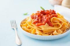 Pasta, tagliatelle med tomatsås och spansk peppar fotografering för bildbyråer