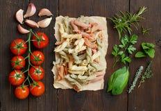 Pasta tricolore, verdure ed erbe Fotografie Stock Libere da Diritti