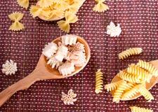 Pasta in un cucchiaio di legno Fotografia Stock