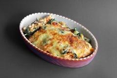Pasta und Spinat überbacken. Pasta aus dem ofen mit kase und spinat royalty free stock photos