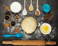 Pasta, utensili della cucina, fette di agrume asciutto e spezie, sulla superficie di lavoro Fotografia Stock