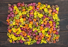 Pasta variopinta colorata dalle barbabietole delle verdure, verdi, spinaci, carote, pomodori, peperoni su una tavola di legno scu Immagini Stock Libere da Diritti