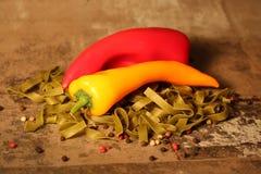 Pasta verde con gli ingredienti su fondo di pietra fotografia stock libera da diritti