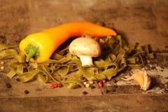 Pasta verde con gli ingredienti su fondo di pietra immagine stock libera da diritti