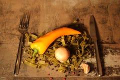 Pasta verde con gli ingredienti su fondo di pietra Fotografia Stock