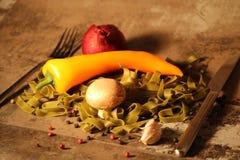 Pasta verde con gli ingredienti su fondo di pietra immagini stock libere da diritti