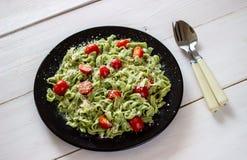 Pasta verde con i pomodori ed il parmigiano Priorità bassa bianca Vista superiore fotografie stock libere da diritti
