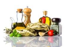 Pasta verde di tagliatelle e cucina italiana su bianco Immagini Stock Libere da Diritti