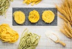 Pasta verde e gialla di cucina italiana di tagliatelle Fotografia Stock