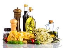 Pasta verde e gialla di tagliatelle con cucina italiana su bianco Immagini Stock