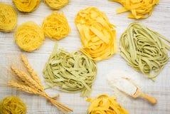 Pasta verde e gialla di tagliatelle con grano e farina Fotografia Stock Libera da Diritti