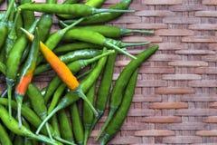 Pasta verde fresca dei peperoncini rossi su fondo di bambù Spazio lasciato al testo del posto fotografie stock