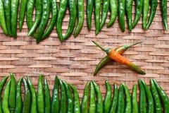 Pasta verde fresca dei peperoncini rossi su fondo di bambù Spezie tailandesi fotografia stock
