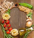 Pasta, verdure ed erbe su legno Fotografie Stock