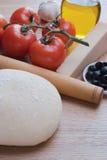 Pasta y otros ingredientes para la pizza. Foto de archivo