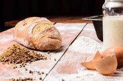 Pasta y pan en la tabla de madera Imágenes de archivo libres de regalías