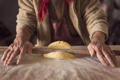 Pasta y un rodillo fotos de archivo libres de regalías
