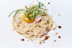 Pastaallacarbonara på en vit maträtt royaltyfria foton