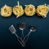 Pastabegrepp, tagliatelle, innan att laga mat royaltyfri foto
