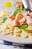 Pastafarfalle med laxen Arkivfoto