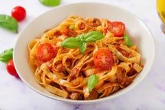 PastaFettuccine Bolognese med tomatsås Fotografering för Bildbyråer