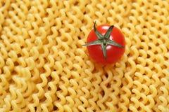 Pastafusilli och körsbärsröd tomat Fotografering för Bildbyråer