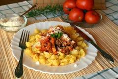 Pastaitaliana med kött- och tomatsås och parmesanost Arkivfoton