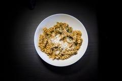 Pastamaträtt med ost- och tomatsås Arkivfoto