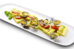PastamaträttPaccheri makaroni med musslor grillade tomater och basilika Royaltyfria Foton