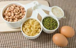Pastas, arroz, cacahuetes, habas de Mung y huevo crudos Imágenes de archivo libres de regalías