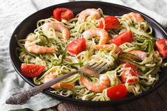 Pastas bajas en calorías del calabacín con la macro del camarón horizontal Imagen de archivo