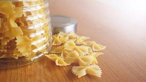 Pastas bajo la forma de arcos dispersados del tarro de cristal Pastas hechas a mano italianas fotografía de archivo
