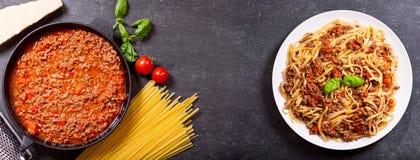 Pastas boloñés e ingredientes para cocinar Imagen de archivo
