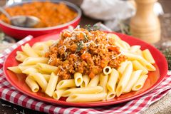 Pastas boloñés Las pastas sirvieron con una salsa de la carne, del tomate, de la cebolla, de la zanahoria y del tomillo de la car Fotografía de archivo