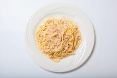 Pastas Carbonara con el jamón y el queso, espagueti Carbonara con Ham And Parmesan cocido Fotos de archivo
