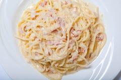 Pastas Carbonara con el jamón y el queso, espagueti Carbonara con Ham And Parmesan cocido Imagenes de archivo