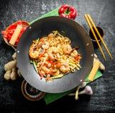 Pastas chinas del wok con el camarón y las verduras frescas fotografía de archivo