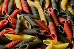 Pastas coloreadas en bulto a través del marco del campo Visión desde arriba Fondo imagen de archivo libre de regalías