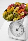 Pastas coloreadas en el equilibrio de acero Fotografía de archivo