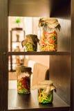 Pastas coloreadas en los tarros de cristal Foto de archivo